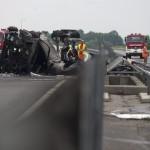 A baleset helyszíne az M7-es autópályán Balatonfenyvesnél, a táskai pihenőhelynél 2014. július 30-án, ahol felborult és kiégett egy üzemanyag-szállító kamion. A Nagykanizsa felé vezető oldalon, a 157-es kilométerszelvényben egy tartályos kamion - eddig tisztázatlan körülmények között - borult fel és gyulladt ki, a jármű vezetője a helyszínen életét vesztette. MTI Fotó: Varga György