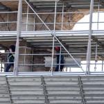 Munkások megkezdik az állványzat eltávolítását a Colosseum egyik oldaláról Rómában 2014. július 7-én, miután befejeződött az amfiteátrum felújításának első szakasza. A 25 millió eurós (mintegy 7 milliárd forintos) felújítást a Tod's olasz cipőgyártó cég fizeti. (MTI/EPA/Massimo Percossi)