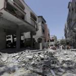 Izraeli rakéták becsapódása nyomán megrongálódott  lakóépület romjai a Gázai övezet északi részén fekvő Bét-Lahijában 2014. július 10-én. Az izraeli hadsereg július 8-án hadműveletet indított a Gázai övezet ellen a palesztin fegyveresek Izrael elleni rakétatámadásainak leállítására.  (MTI/AP/Adel Hana)