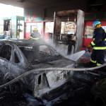 A Gázai övezetből  izraeli területre kilőtt rakéták becsapódásakor megrongálódott személygépkocsik egyikére fecskendeznek vizet a dél-izraeli Asdódban 2014. július 10-én. Az izraeli hadsereg július 8-án hadműveletet indított a Gázai övezet ellen az ottani palesztin fegyveresek Izrael elleni rakétatámadásainak leállítására. (MTI/EPA/Abir Szultan)
