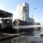 A Gázai övezetből  izraeli területre kilőtt rakéták becsapódásakor megrongálódott járművek egyikére fecskendeznek vizet a dél-izraeli Asdódban 2014. július 10-én. Az izraeli hadsereg július 8-án hadműveletet indított a Gázai övezet ellen az ottani palesztin fegyveresek Izrael elleni rakétatámadásainak leállítására. (MTI/EPA/Abir Szultan)