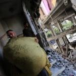 Izraeli rakéták becsapódása nyomán megrongálódott lakóépület romjai Gázában 2014. július 11-én. Az izraeli hadsereg július 8-án hadműveletet indított a Gázai övezet ellen a palesztin fegyveresek Izrael elleni rakétatámadásainak leállítására. (MTI/EPA/Mohammed Szaber)