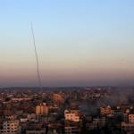 Egy M75-ös rakétát lőnek ki izraeli célpontra Gázából 2014. július 11-én. Az izraeli hadsereg július 8-án hadműveletet indított a Gázai övezet ellen az ottani palesztin fegyveresek Izrael elleni rakétatámadásainak leállítására. (MTI/EPA/Mohammed Szaber)
