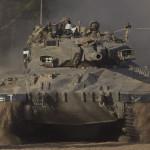Izraeli katonák harckocsija Izrael és a Gázai övezet határán 2014. július 10-én. Az izraeli hadsereg július 8-án hadműveletet indított a Gázai övezet ellen a palesztin fegyveresek Izrael elleni rakétatámadásainak leállítására. A három napja tartó légi offenzívában eddig legkevesebb 57 palesztin vesztett életét, köztük  legalább hét nő és 14 gyerek. (MTI/AP/Ariel Schalit)
