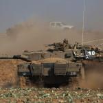 Egy izraeli Merkava harckocsi Izrael és a Gázai övezet határán 2014. július 10-én. Az izraeli hadsereg július 8-án hadműveletet indított a Gázai övezet ellen a palesztin fegyveresek Izrael elleni rakétatámadásainak leállítására. A három napja tartó légi offenzívában eddig legkevesebb 57 palesztin vesztett életét, köztük  legalább hét nő és 14 gyerek. (MTI/EPA/Atef Szafadi)