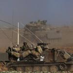 Izraeli katonák járőröznek Izrael és a Gázai övezet határán 2014. július 10-én. Az izraeli hadsereg július 8-án hadműveletet indított a Gázai övezet ellen a palesztin fegyveresek Izrael elleni rakétatámadásainak leállítására. A három napja tartó légi offenzívában eddig legkevesebb 57 palesztin vesztett életét, köztük  legalább hét nő és 14 gyerek. (MTI/EPA/Atef Szafadi)