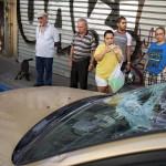 Földre hulló repeszektől megrongálódott autó Tel-Avivban, miután a Vaskupola nevű izraeli rakétaelhárító rendszer több palesztin rakétát lelőtt 2014. július 10-én. Az izraeli hadsereg július 8-án hadműveletet indított a Gázai övezet ellen a palesztin fegyveresek Izrael elleni rakétatámadásainak leállítására. A három napja tartó légi offenzívában eddig legkevesebb 57 palesztin vesztett életét, köztük  legalább hét nő és 14 gyerek.  (MTI/AP/Oded Balilty)