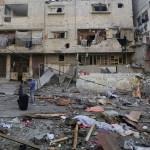 Izraeli rakéták becsapódása nyomán megrongálódott  lakóépület romjai Gázában 2014. július 10-én. Az izraeli hadsereg július 8-án hadműveletet indított a Gázai övezet ellen a palesztin fegyveresek Izrael elleni rakétatámadásainak leállítására. A három napja tartó légi offenzívában eddig legkevesebb 57 palesztin vesztett életét, köztük  legalább hét nő és 14 gyerek.  (MTI/AP/Hatem Musza)