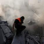 Izraeli rakéták becsapódása nyomán megsemmisült lakóépület romjai Gázában 2014. július 10-én. Az izraeli hadsereg július 8-án hadműveletet indított a Gázai övezet ellen a palesztin fegyveresek Izrael elleni rakétatámadásainak leállítására. A három napja tartó légi offenzívában eddig legkevesebb 57 palesztin vesztett életét, köztük  legalább hét nő és 14 gyerek.  (MTI/AP/Hatem Musza)
