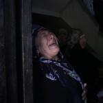 Az izraeli rakéták becsapódása következtében elhunyt öt hozzátartozóját siratja egy asszony a ciszjordániai Bét-Hanun városában 2014. július 9-én. Az izraeli hadsereg július 8-án hadműveletet indított a Gázai övezet ellen a palesztin fegyveresek Izrael elleni rakétatámadásainak leállítására. A három napja tartó légi offenzívában eddig legkevesebb 57 palesztin vesztett életét, köztük  legalább hét nő és 14 gyerek.  (MTI/AP/Halil Hamra)