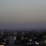 Rakétákat lőnek ki izraeli célpontokra a Gázai övezetből 2014. július 10-én. Az izraeli hadsereg július 8-án hadműveletet indított a Gázai övezet ellen az ottani palesztin fegyveresek Izrael elleni rakétatámadásainak leállítására. (MTI/AP/Adel Hana)