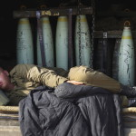 Izraeli katona alszik egy rakétákat szállító járművön Izrael és a Gázai övezet határán 2014. július 11-én. Az izraeli hadsereg július 8-án hadműveletet indított a Gázai övezet ellen az ottani palesztin fegyveresek Izrael elleni rakétatámadásainak leállítására. (MTI/AP/Lefteris Pitakaris)