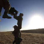 Izraeli katonák tisztítják egy páncélozott harci  jármű csövét Izrael és a Gázai övezet határán 2014. július 11-én. Az izraeli hadsereg július 8-án hadműveletet indított a Gázai övezet ellen az ottani palesztin fegyveresek Izrael elleni rakétatámadásainak leállítására. (MTI/AP/Cafrir Abajov)