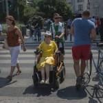 Budapest, 2014. augusztus 9. Két önkéntes - egyikük kerekesszékes - a belváros akadálymentességi térképének elkészítéséhez bejárnak egy útvonalat 2014. augusztus 9-én. Az akadálymentesség felmérését a 10 éves hazai OpenStreetMap közösség és a Mozgáskorlátozottak Egyesületeinek Országos Szövetsége szervezte. Az akadálymentességi térkép elkészítésében sokan segédkeznek. MTI Fotó: Kallos Bea