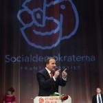 Stefan Löfven, az ellenzéki szociáldemokraták vezetője beszél támogatói előtt Stockholmban 2014. szeptember 14-én, miután a baloldalra épülő szövetség első helyen végzett a Svédországban tartott parlamenti választásokon. (MTI/EPA/Claudio Bresciani)