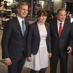 Stefan Löfven, az ellenzéki szociáldemokraták vezetője (j), valamint Gustav Fridloin (b) és Asa Romson, a Zöld Párt szóvivői a svéd állami televízió egyik stockholmi stúdiója előtt 2014. szeptember 14-én, miután a baloldalra épülő szövetség első helyen végzett a Svédországban tartott parlamenti választásokon. (MTI/EPA/Soren Andersson)