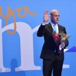 Fredrik Reinfeldt svéd miniszterelnök, a konzervatív Mérsékelt Párt vezetője köszönti támogatóit Stockholmban 2014. szeptember 14-én, miután vereséget szenvedtek a baloldalra épülő szövetségtől a Svédországban tartott parlamenti választásokon. (MTI/EPA/Henrik Montgomery)