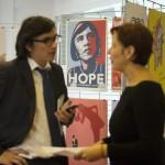 Résztvevők beszélgetnek A nők részvétele a politikában - hazai és nemzetközi körkép a 2014-es parlamenti választások után és az önkormányzati választások előtt című tanácskozáshoz kapcsolódó plakátkiállításon, a Budapesti Európai Ifjúsági Központban 2014. október 3-án. MTI Fotó: Koszticsák Szilárd