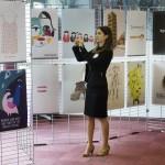 Egy érdeklődő fotókat készít A nők részvétele a politikában - hazai és nemzetközi körkép a 2014-es parlamenti választások után és az önkormányzati választások előtt című tanácskozáshoz kapcsolódó plakátkiállításon, a Budapesti Európai Ifjúsági Központban 2014. október 3-án. MTI Fotó: Koszticsák Szilárd