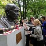 Egyetemisták rózsaszirmokat tesznek a 145 évvel ezelőtt született Mahatma Gandhi szobrának talapzatára az avatóünnepségen, a Pécsi Tudományegyetem Ifjúság úti botanikus kertjében 2014. október 2-án. MTI Fotó: Lendvai Péter
