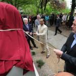 Páva Zsolt, Pécs polgármestere (j), mellette Malaj Misra, India magyarországi nagykövete (k) és Bódis József, a Pécsi Tudományegyetem rektora (b) felavatja a 145 évvel ezelőtt született Mahatma Gandhi szobrát a Pécsi Tudományegyetem Ifjúság úti botanikus kertjében 2014. október 2-án. MTI Fotó: Lendvai Péter