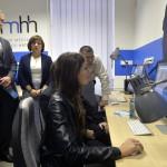 Karas Monika, a Nemzeti Média- és Hírközlési Hatóságnak (NMHH) elnöke (b2) és Dezső Tamás, az Eötvös Loránd Tudományegyetem Bölcsészettudományi Karának dékánja (b) megtekintik az NMHH és a tudományegyetem együttműködéséből megvalósult, a legkorszerűbb szoftvereket tartalmazó számítógépekkel felszerelt Új Médiakultúra Kreatív Műhelyt az egyetem Művészetelméleti és Médiakutatási Intézetében 2014. október 17-én. MTI Fotó: Máthé Zoltán