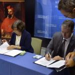 Karas Monika, a Nemzeti Média- és Hírközlési Hatóságnak (NMHH) elnöke és Dezső Tamás, az Eötvös Loránd Tudományegyetem Bölcsészettudományi Karának dékánja együttműködési megállapodást ír alá az egyetem Művészetelméleti és Médiakutatási Intézetében 2014. október 17-én. Az NMHH és a tudományegyetem együttműködésének eredményeként ezen a napon átadták a legkorszerűbb szoftvereket tartalmazó számítógépekkel felszerelt Új Médiakultúra Kreatív Műhelyt. MTI Fotó: Máthé Zoltán