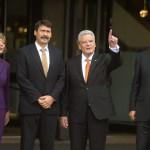 Áder János köztársasági elnök (b2), Joachim Gauck német elnök (j2) és élettársa, Daniela Schadt (b), valamint Stanislaw Tillich szászországi miniszterelnök a lipcsei Gewandhaus kulturális központ előtt 2014. október 9-én. Áder János államfő Németország szövetségi elnökével és a visegrádi országok államfőivel együtt részt vesz Lipcsében a volt NDK-ban lezajlott békés forradalom 25. évfordulójára rendezett ünnepségeken. MTI Fotó: Bruzák Noémi