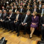 Áder János köztársasági elnök (első sor k), mellette Bronislaw Komorowski lengyel (j3), Joachim Gauck német elnök (j) és élettársa, Daniela Schadt (j2), Milos Zeman cseh (b4) és Andrej Kiska szlovák elnök (b3) a lipcsei Gewandhause kulturális központban megrendezett ünnepségen 2014. október 9-én. Áder János államfő Németország szövetségi elnökével és a visegrádi országok államfőivel együtt részt vesz Lipcsében a volt NDK-ban lezajlott békés forradalom 25. évfordulójára rendezett ünnepségeken. A második sorban balról Kozma Imre, a Magyar Máltai Szeretetszolgálat elnöke. MTI Fotó: Bruzák Noémi