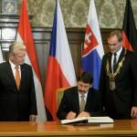 Áder János köztársasági elnök (k) Joachim Gauck német elnök (b) és Burkhard Jung polgármester (j) társaságában beír az úgynevezett Aranykönyvbe a lipcsei városházán 2014. október 9-én. Áder János államfő Németország szövetségi elnökével és a visegrádi országok államfőivel együtt a volt NDK-ban lezajlott békés forradalom 25. évfordulójára rendezett ünnepségeken vesz részt Lipcsében. MTI Fotó: Bruzák Noémi