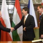 Áder János köztársasági elnök (k) Joachim Gauck német elnök (b) és Burkhard Jung polgármester (j) a lipcsei városházán 2014. október 9-én. Áder János államfő Németország szövetségi elnökével és a visegrádi országok államfőivel együtt a volt NDK-ban lezajlott békés forradalom 25. évfordulójára rendezett ünnepségeken vesz részt Lipcsében. MTI Fotó: Bruzák Noémi