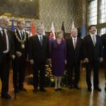 Milos Zeman cseh (b), Bronislaw Komorowski lengyel (b3), Áder János magyar (b6) és Andrej Kiska szlovák elnök (j), Joachim Gauck német elnök (b5) és élettársa, Daniela Schadt (b4), valamint Burkhard Jung polgármester (b2) a lipcsei városházán 2014. október 9-én. Áder János államfő Németország szövetségi elnökével és a visegrádi országok államfőivel együtt a volt NDK-ban lezajlott békés forradalom 25. évfordulójára rendezett ünnepségeken vesz részt Lipcsében. MTI Fotó: Bruzák Noémi