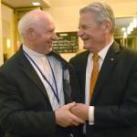 Joachim Gauck német elnök (j) és Kozma Imre, a Magyar Máltai Szeretetszolgálat elnöke a keletnémet békés forradalom fordulópontjaként számon tartott 1989. október 9-ei lipcsei tömegtüntetés 25. évfordulója alkalmából rendezett megemlékezést záró rendezvényen Lipcsében 2014. október 9-én este. Áder János államfő Németország szövetségi elnökével és a visegrádi országok államfőivel együtt részt vett a volt NDK-ban lezajlott békés forradalom 25. évfordulójára rendezett ünnepségeken Lipcsében. MTI Fotó: Bruzák Noémi