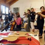 A monori romatelepen 2013 augusztusában kísérleti jelleggel elindított zenepedagógiai programban résztvevő gyerekek zenélnek a Magyar Máltai Szeretetszolgálat és a Symphonia Alapítvány szegénységben élő gyerekek javára hirdetett országos hangszergyűjtő akciót bemutató sajtótájékoztatón 2014. október 13-án. MTI Fotó: Kovács Tamás