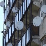 """Parabolaantennák a veszprémi """"pokoli tornyon"""" 2014. október 10-én. A Magyar Máltai Szeretetszolgálat 2013 februárjában kezdett és 2015 nyaráig át tartó, 133 millió forint összértékű európai uniós pályázat mellett az elmúlt öt évben csaknem 70 millió forint saját forrást is felhasznált az egykor munkásszállónak használt épület állapotának javítására. MTI Fotó: Nagy Lajos"""