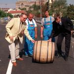 2001. augusztus 29. Demszky Gábor főpolgármester  egy hónappal az eredeti határidő előtt átadta az I. kerület, Attila út  Mikó utca - Döbrentei tér közötti felújított szakaszát, illetve az Erzsébet híd budai lehajtóit. A rekonstrukció során korszerű útburkolat épült, ahol szükséges volt, felújították az elöregedett víz-, csatorna-, távhő- és gázvezetékeket, kicserélték az elektromos és távközlési kábeleket. A képen: Apáthy Endre, a Hídépítő Rt. vezérigazgatója (b) és Demszky Gábor (j) átgurítják az átadási ünnepségen a hordót az újjáépített lehajtón. MTI Fotó: Kertész Gábor