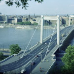 1974. augusztus 8. Az Erzsébet híd látképe a Gellért-hegyről. Az 1964-ben újjáépített híd megőrizte régi kecses ívét. MTI Fotó: Kozák Albert