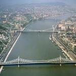 1968. április 12. Légi felvételen a Duna pesti és budai oldala, a Szabadság híddal, az Erzsébet híddal és a Lánchíddal. MTI Fotó: Járai Rudolf