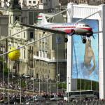 2004. május 1. Egy LI-2-es matuzsálem repülőgép elrepül az Erzsébet híd felett, a Magyarország Európai Uniós csatlakozása alkalmából rendezett légifelvonuláson. MTI Fotó: H. Szabó Sándor