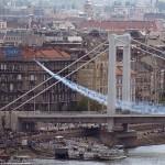 2014. május 1. Besenyei Péter műrepülő világbajnok gépével felszáll az Erzsébet hídról a Nagy Futam elnevezésű légi- és autós parádé nyitányaként Budapesten 2014. május 1-jén. MTI Fotó: Lakatos Péter