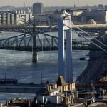 Elöl az Erzsébet híd 2014. november 19-én. Ötven éve, 1964. november 21-én adták át a II. világháború alatt megsemmisült, majd újjáépített hidat a közforgalomnak. Mögötte a Szabadság híd és a Petőfi híd. MTI Fotó: Szigetváry Zsolt