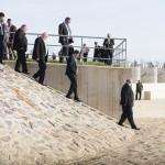 Seszták Miklós nemzeti fejlesztési miniszter (j3) a Szamos-Kraszna-közi árvízszint-csökkentő tározó avatásán Tunyogmatolcs határában 2014. november 7-én.MTI Fotó: Balázs Attila