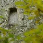 Kőfülke a Nagykúp nevű kaptárkövön a Mangó-tetőn, Cserépváralja közelében 2014. november 7-én. A védetté nyilvánított magyarországi kaptárkövek közé sorolt 16,2 méter magas tufakúp oldalán 25 megkopott fülke látható. MTI Fotó: Komka Péter