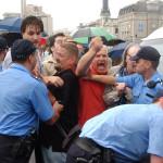 2002. július 4. Gyülekezési joggal visszaélés szabálysértése miatt indul eljárás az Erzsébet hídon tartott tiltakozó megmozdulás szervezésében közreműködők ellen. Erről az Országos Rendőr-főkapitányság adott tájékoztatást. A közlemény előzménye, hogy a parlamenti választások szavazatainak újraszámlálását követelő tiltakozók eltorlaszolták az Erzsébet-hidat, majd az Országház elé vonultak Az előre be nem jelentett tüntetés résztvevői teljesen megbénították a forgalmat. A képen: a rendőrök megpróbálják kiszorítani a tüntetőket az Erzsébet hídról. MTI Fotó: Koszticsák Szilárd