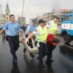 2002. július 4. Gyülekezési joggal visszaélés szabálysértése miatt indul eljárás az Erzsébet hídon tartott tiltakozó megmozdulás szervezésében közreműködők ellen. Erről az Országos Rendőr-főkapitányság adott tájékoztatást. A közlemény előzménye, hogy a parlamenti választások szavazatainak újraszámlálását követelő tiltakozók eltorlaszolták az Erzsébet-hidat, majd az Országház elé vonultak Az előre be nem jelentett tüntetés résztvevői teljesen megbénították a forgalmat. A képen: a rendőrök elvezetnek egy tüntetőt az Erzsébet hídról. MTI Fotó: Koszticsák Szilárd