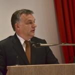 A Miniszterelnöki Sajtóiroda által közreadott képen Orbán Viktor miniszterelnök felszólal a Családi Vállalkozásokért Alapítvány (Stiftung Familienunternehmen) rendezvényén, mintegy 150 német vállalattulajdonos előtt a németországi Baden-Badenben 2014. november 21-én. MTI Fotó: Miniszterelnöki Sajtóiroda / Burger Barna