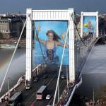 2004. május 1. Magyarország Európai Uniós csatlakozása alkalmából óriásplakátok díszítik az Erzsébet hidat. MTI Fotó: Kovács Tamás