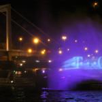 2005. május 19. Képeket és fényjátékot vetít egy óriási vízfalra a Dunán, a Lánchíd és az Erzsébet híd között május 18-án este a T-Online Magyarország. MTI Fotó: Kovács Tamás