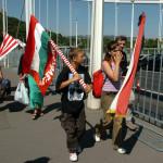 """2005. július 4. Budaházy György, a 2002. július 4-i Erzsébet hídi blokád egyik szervezője (b) vezetésével tüntetők az Erzsébet hídon, amikor megemlékeztek a három évvel ezelőtti demonstrációról, ahol az áprilisi választások tisztaságát kérdőjelezték meg. Az úgynevezett """"hídi csata"""" alkalmával néhány tüntető megbénította a hídon a forgalmat a parlamenti választáson leadott szavazatok újraszámlálását követelve. MTI Fotó: Kovács Attila"""