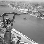 A Szabadság-szobor pálmalevelet tartó nőalakja a Gellért-hegyen, valamint az Erzsébet híd pesti hídfőjének maradványa, mellette a  pontonhíd, mögötte az újjáépülő Lánchíd, majd a Kossuth híd és a Margit híd távlati képe. MTI Fotó/Magyar Fotó